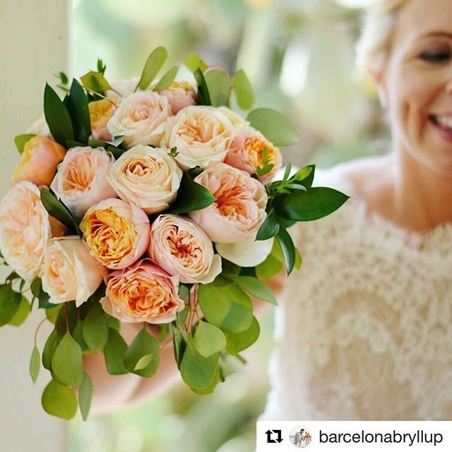 Beautiful #bouquet for a beautiful #bride. #gardenroses W.P by @barcelonabryllup #bridalbouquet #sitgeswedding #ramosdenovia #rosasdejardin #sitges #destinationwedding