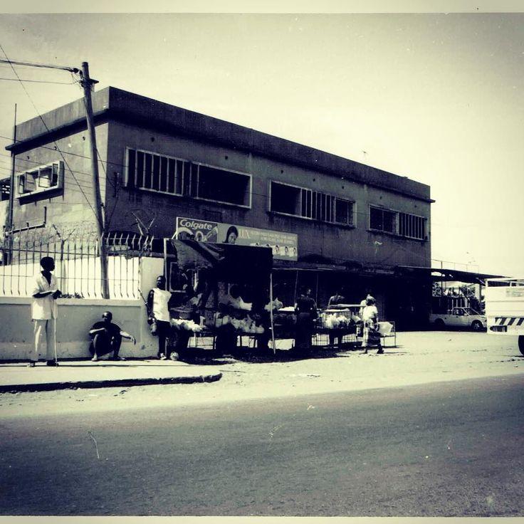 Banca de rua na Estrada Nacional 1 a caminho de Maxixe Moçambique #africa #mocambique #maxixe #viagens #viajar