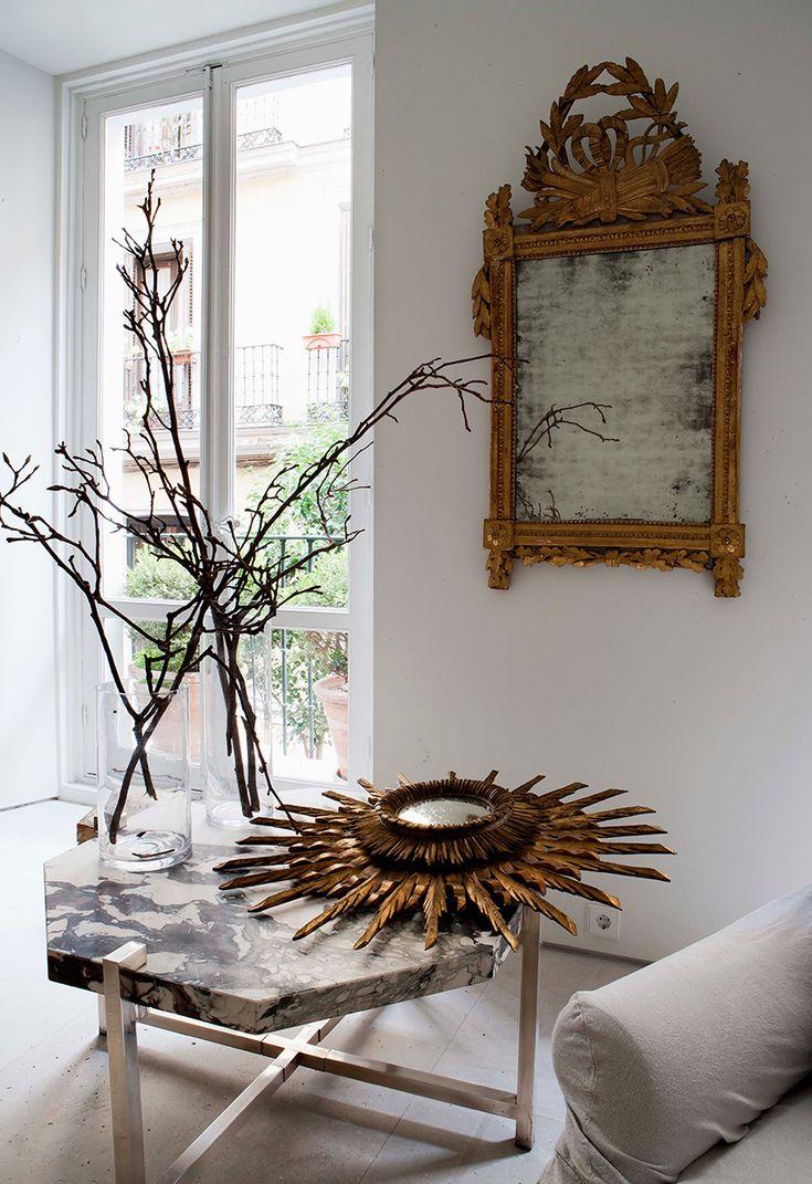 Espejo franc s del siglo xviii en la pared y en la mesa espejo sol casa