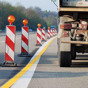 Bundesweite DEKRA Umfrage zu Autobahnbaustellen  40 Prozent der Autofahrer in Deutschland fühlen sich an Autobahnbaustellen nicht sicher. Die Expertenorganisation DEKRA hat bundesweit Autofahrer befragt, wie sie die Situation an Baustellen auf Autobahnen einschätzen. 78 Prozent der Befragten haben angegeben, dass viele Verkehrsteilnehmer dort zu schnell fahren. 67 Prozent (mit Mehrfachnennungen) meiden zudem die linke Fahrspur, da diese in der Regel recht schmal ist. 60 Prozent klagen…