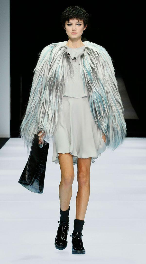 La sfilata di Emporio Armani a Milano moda donna è un racconto, una storia di moda dove si incrociano maschile e femminile.http://www.sfilate.it/220729/accessori-sorprendenti-sulla-passerella-di-emporio-armani