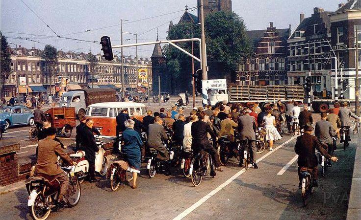 """Stieltjesplein bij de afrit van de """"Maasbruggen"""". Toen heel Rotterdam nog fietste (en nog stopte voor een rood verkeerslicht)"""