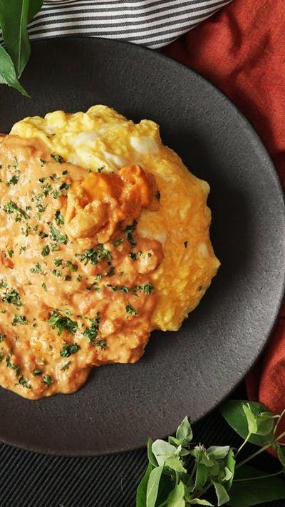 ビデオ指示付きレシピ: 濃厚なウニのソースがウニの旨みたっぷりなご飯に絡んでとっても美味しい!贅沢したいときに! 材料: 《ウニライス》, ご飯 200g, ウニ お好み量, バター 2g, 塩 少々, コンソメ 小さじ1/2, 生パセリ 小さじ1, 《オムレツ》, 卵 2個, 牛乳 小さじ1, バター 5g, サラダ油 小さじ2, 《ウニソース》, ウニ お好み量, 牛乳 80cc, 生クリーム 大さじ2, バター 5g, トマトソース 大さじ5, 小麦粉 小さじ1, にんにく 小さじ1, 玉ねぎ 1/4個