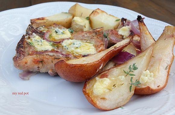 Schab z kością, pieczony z ziemniakami cebulą i gruszką