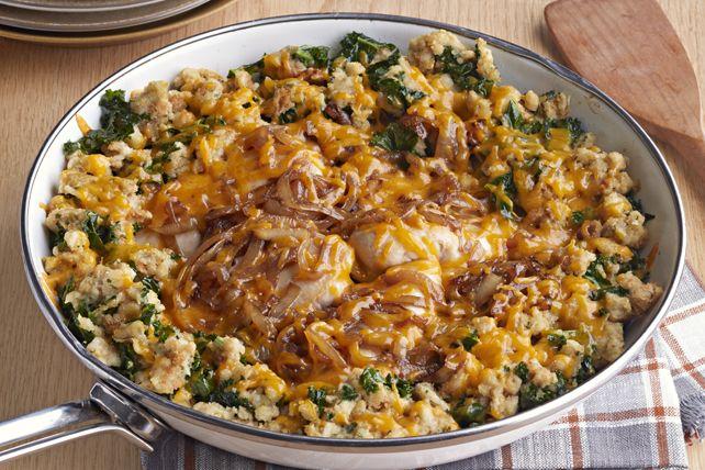 Voici un plat principal idéal pour les soirs de semaine. À la fois simple et délicieux, il est composé de poulet, de farce, d'oignons, de chou frisé et de fromage, le tout préparé dans une seule poêle.