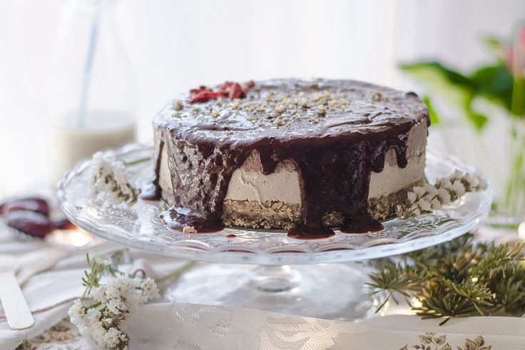 Una deliciosa receta de tarta helada vegana con base de avellanas y dos capas: una vainilla y chocolate con mantequilla de cacahuete. Sin harina. Muy fácil.