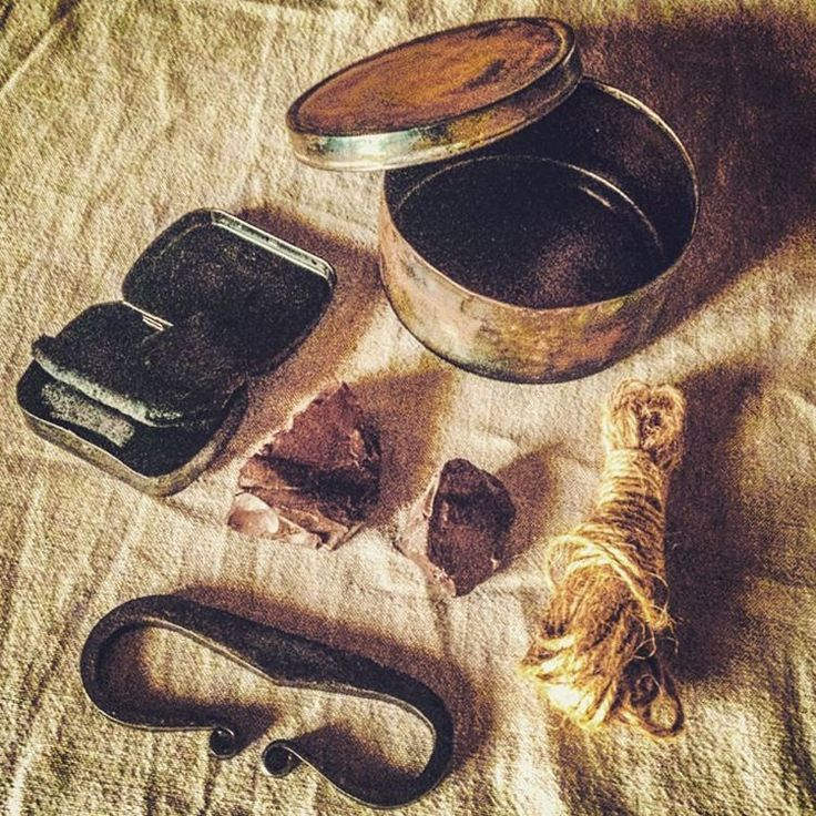 Flint and steel kit. #bushcraft #bushcraftday #bushcraftequipment #wildernesssurvival #wildernessequipment #wildernessculture #outdoorsurvival #woodcraft #flintandsteel #pioneer #frontiersman #mountainman #charcloth #tinderbox #firelighting #survivalkit #oldtools #firekit #acciarino