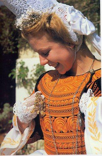 Jeune fille bigouden, se préparant avant la danse - Finistère - Bretagne - France