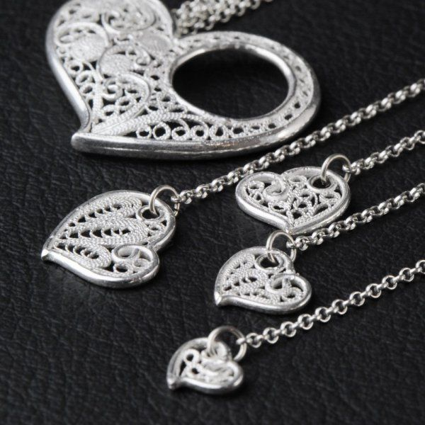 Give a look at the new Sweetheart Necklace made by Sheilandi ! This jewel gives you for sure a touch of glamour and will make other people jealous !