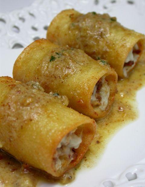 Paccheri fritti con salsiccia e mozzarella con salsa di noci all'aglio bruciato