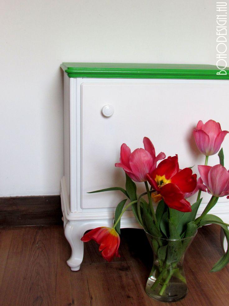Fehér és zöld zománcfestékkel festett éjjeliszekrény - BOHOdesign színes bútor