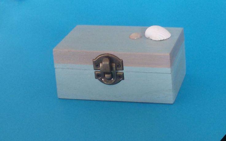 Scatola di legno dipinta a mano, in stile shabby marinaro,colori rilassanti e vere conchiglie applicate. PEZZO UNICO di ArteinDisparte su Etsy