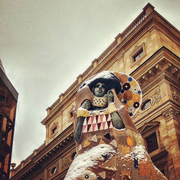 Instagram photo 2017-01-31 10:51:42 Zasně(že)ný Klimt... © Eva Blahová #opletačky #gustaveklimt #polibek #podsněhem #narodnidivadlo #nationaltheatre #wintertime #winterprague