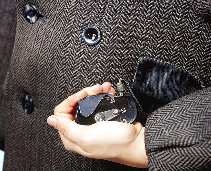 ソ連やヨーロッパ、アメリカのスパイたちは当時、この隠しカメラ(コードネームは「エイジャックス(Ajax)」)を普通のコートの内側にしのばせていた。カメラのシャッターケーブルはポケットのなかに隠されており、それが握られると、ボタンに似せたレンズから写真が撮影された。