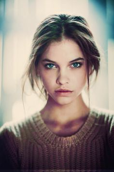 Great luminescent skin, dirty-blonde or light brown hair, subtle brown eyeshadow and nude lips. Very flattering