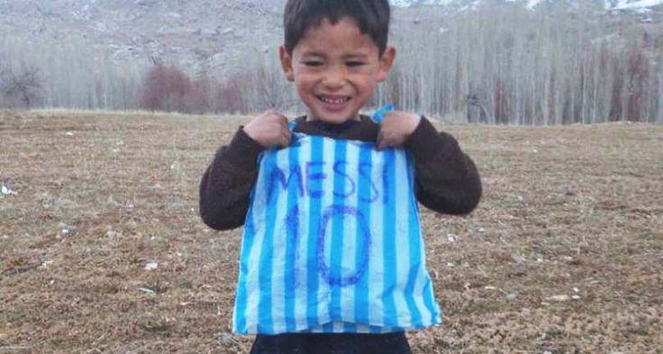 Murtaza Ahmadi, es un niño de 5 años que ha circulado por todas las redes sociales vistiendo una bolsa plástica de rayas azules y blancas, que simula la camiseta del equipo argentino, con el número y apellido de su ídolo el futbolista Lionel Messi, escrito en marcador.