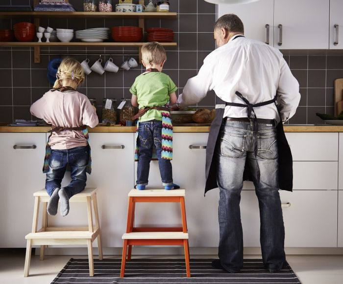 Yemek hazırlarken tatlı bir yardıma kim hayır diyebilir ki? :)