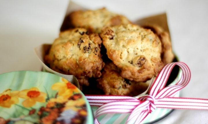 Buttery oat and sultana cookies - Kidspot