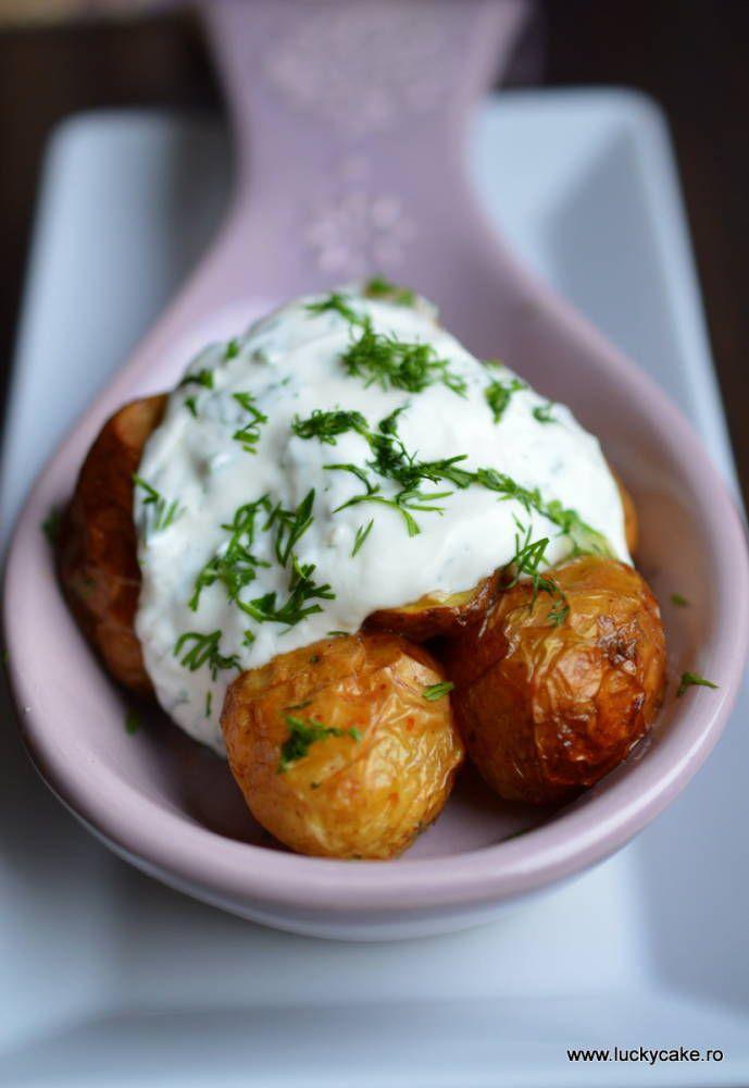 Un sos delicios , usurel si aromat. Cu mararul e asa: ori iti place ori nu ! noua ne place foarte mult . Acest sos acompaniaza foarte bine un peste gras , gen somonul, dar si o salata de cartofi noi . Reteta pentru cartofi noi –https://luckycake.ro/retete/cartofi-noi-cu-branza-si-marar/ Ingrediente: 250 gr iaurt gras 10 % 1...Mai departe