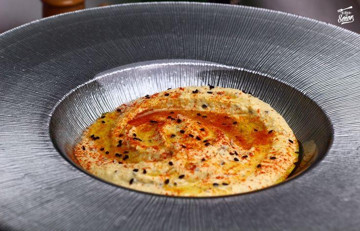Hoy traemos una receta de hummus casero. Se trata de un puré de garbanzos especiado muy sano y fácil de preparar, típico de la cocina árabe y cada vez con más seguidores. Esta receta de hummus casero además de rica es fácil de preparar. Best Spanish Food, Spanish Desserts, Tapas Recipes, Vegan Cheese, Macaroni And Cheese, Tasty, Yummy Yummy, Cooking, Ethnic Recipes