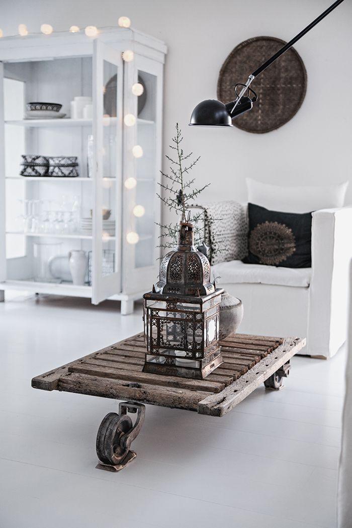 Witte vitrinekast, stoere tafel. Witte basis met donkere elementen via Smyga in julen | Helt enkelt | Sköna Hem