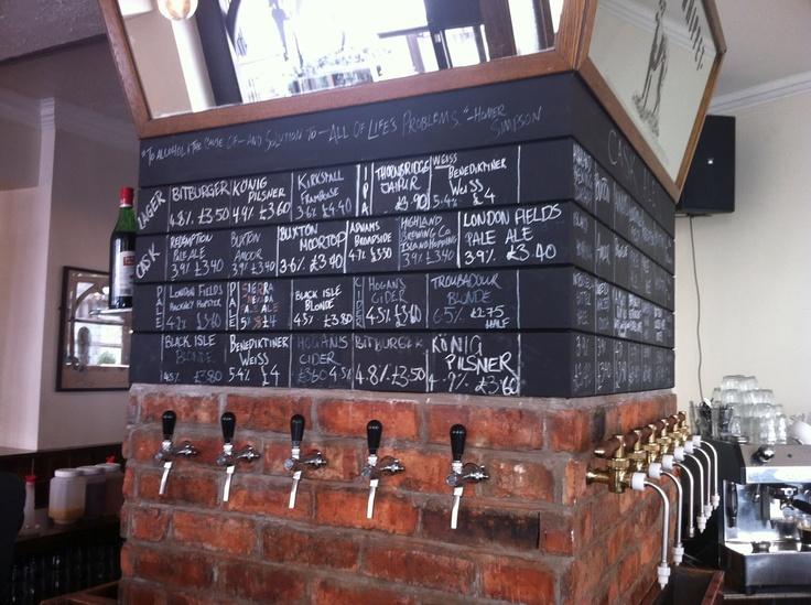 Øl, der kommer ud af væggen! Ikke noget dårligt koncept. Og når det så er øl, der ikke skænkes på så mange andre pubber, er det endnu bedre. Man kan ikke være sikker på at kunne få den samme øl som sidst, da repertoiret skiftes, men man kan være sikke på at møde spændende øl og et personale, der kender til dem. Der kan nemt blive lidt overfyldt, da stedet er velbesøgt og ligger centralt. http://holbornwhippet.com