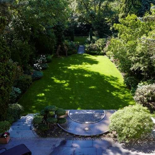 Wasserspiel, Naturstein Grauwacke, klassischer Garten, Ideen | Rheingrün…