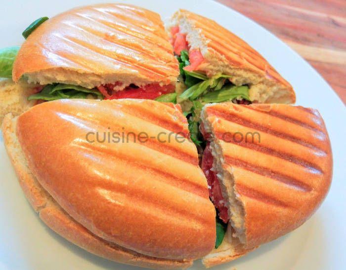 L'agoulou (qui signifie vorace en créole) est le sandwich cousin du bokit. Il est constitué d'un pain légèrement brioché, garni, puis toasté dans un appareil à panini *MISE A JOUR VERSION AMÉLIORÉE* Pour 4 pains à agoulou 500g de farine 1 sachet de levure boulangère super active 2cs de sucre 10g de sel 50g de beurre doux mou...