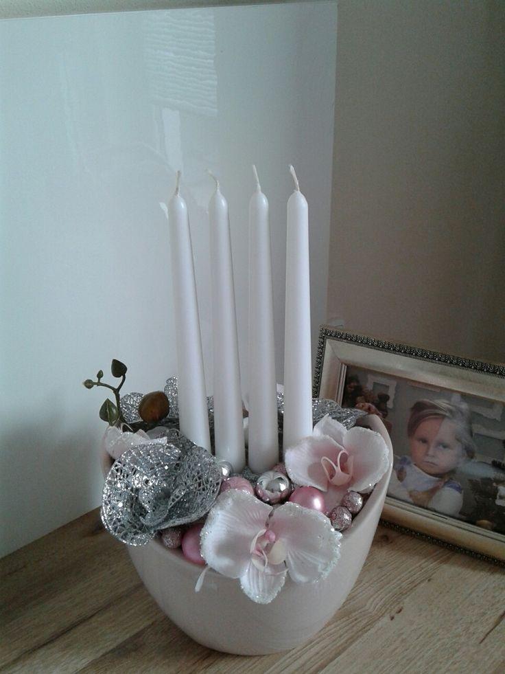 Luxusní+svícen+s+orchidejí+Luxusní+adventní+svícen+s+orchidejí.+Keramická+nádoba+je+kremové+barvy(s+růžovým+nádechem).+Délka+20cm,šířka+21cm,výška+35cm.