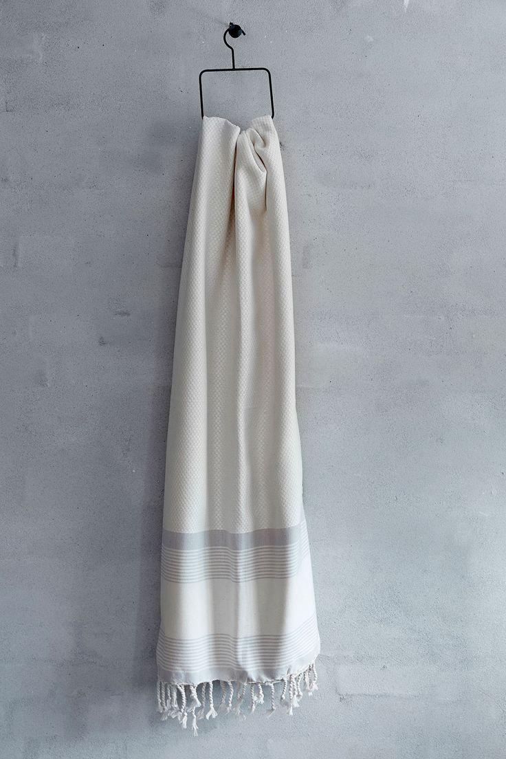 Flot håndklæde i naturhvid med en flot vævet struktur og med lyse grå striber - fra Viil Design