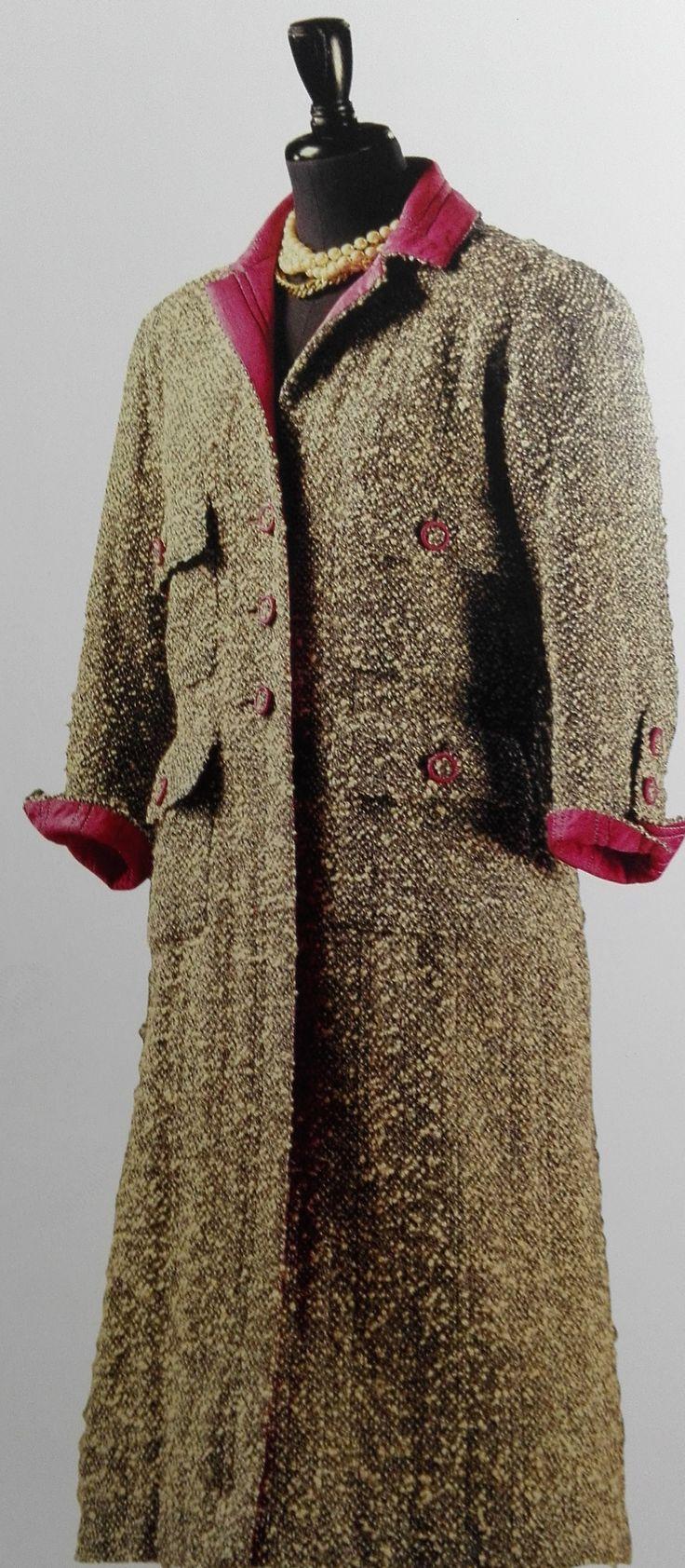 Abrigo de tweed de lana rizada con forro y adornos de seda. Creado a mediados de la década 1960