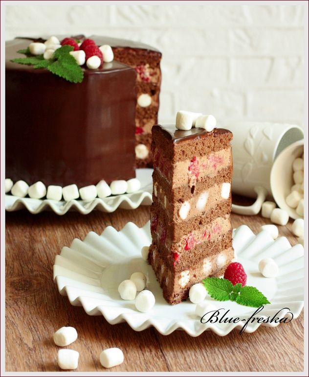 Шоколадный торт с малиной и маршмеллоу.