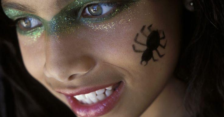 Fantasia de viúva-negra feita em casa. A viúva-negra é um dos aracnídeos mais sinistros e assustadores, reconhecida por uma ampulheta cor de sangue marcada no abdômen e sua propensão a comer as aranhas-macho depois do acasalamento. Faça uma fantasia assustadora de viúva-negra para o Dia das Bruxas. Com apenas poucos itens e em pouco tempo, você terá uma fantasia de arrepiar.