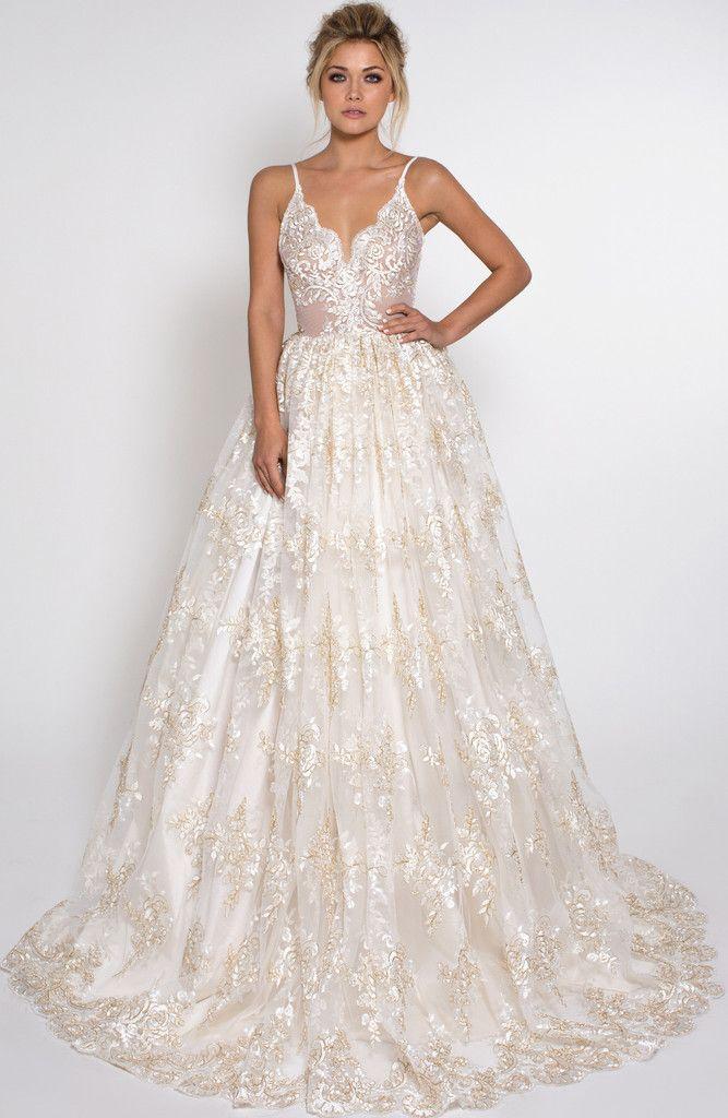 Vestido de noiva direto dos contos de fadas! O top decotado com alcinhas dá equilíbrio à saia volumosa e comprida.