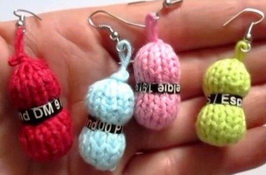Une idée de création originale à faire avec des restes de laine, faire de toutes petites pelotes de laine. Amusantes et rapides à faire, vos mini-pelotes pourront se transformer en porte-clefs, pendentifs oreilles, broches, décorations de sac, ou agrémenter d'autres créations de votre cru.....