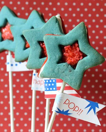 Pop star cookie pops. Pop Rocks filled star sandwich cookie pops with free printable (made by the decorated cookie for SheKnows.com)Stars Cookies, Chocolates Chips, Pop Rocks, Food, Red White Blue, Pop Stars, 4Th Of July, Cream Chees Frostings, Cookies Pop