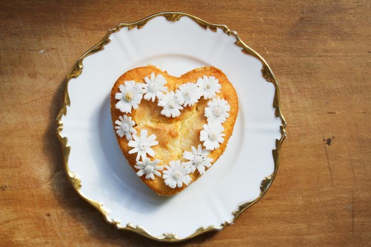 Aprikosenkuchen mit kandierten Gänseblümchen #cake #kuchen #recipe #rezept