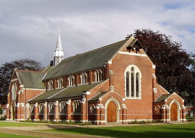 I den gamle kirke i Surrey, England, er der nu en svømmehal.