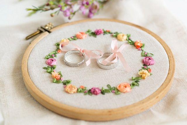 5 Tipps zum Kauf der Trauringe und Inspiration für Fotos von den Eheringen #Ringkissen #Hochzeit #Ringe Foto:The little Wedding Corner