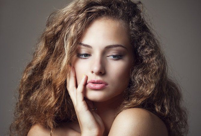 El frizz se produce en cabellos a los que les falta hidratación o humectación, este tipo de pelo posee las cutículas abiertas debido a que ha sido dañado