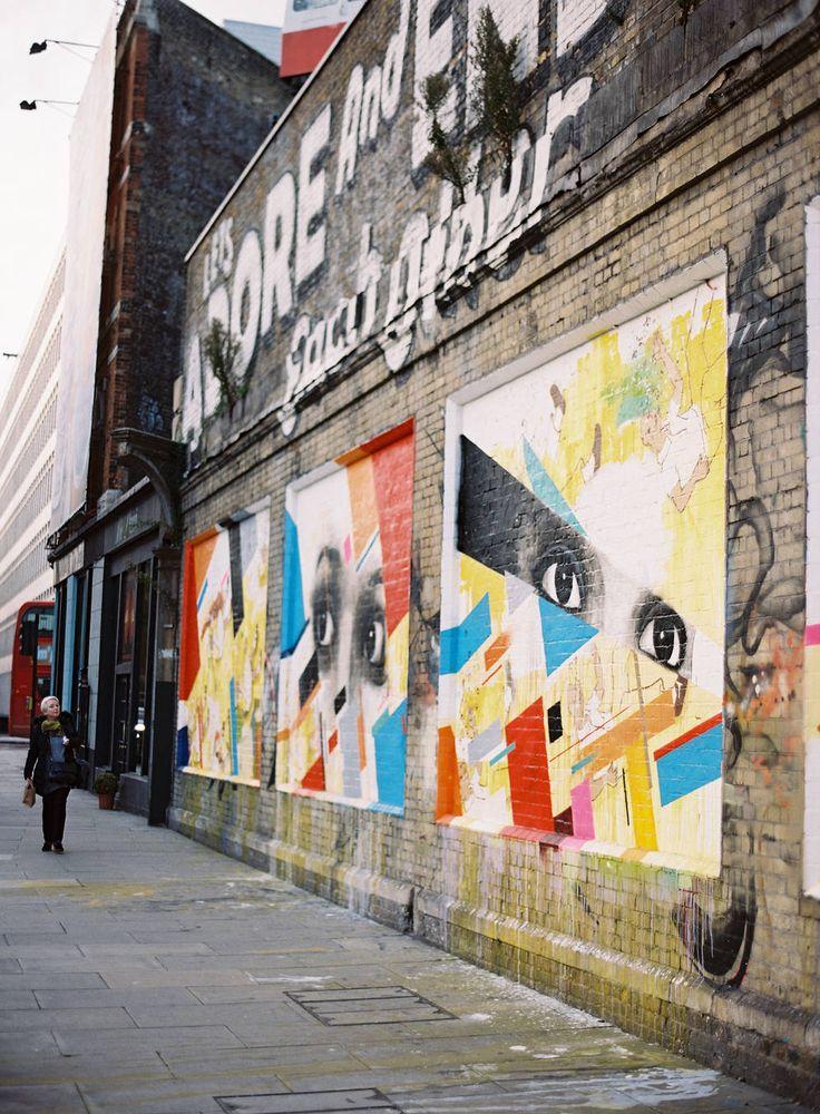 Shoreditch, un mur nu est une future fresque. Ses vestiges industriels et ses ruelles douteuses sont autant d'espaces potentiels en attente d'être réinventés. Les galeries d'art en constant mouvement ont assiégé ses entrepôts en vieilles briques. Banksy a taggué nombre de ses bâtiments. Shoreditch tire en grande partie sa créativité de ses bas-fonds urbains dégradés. S'en dégagent de vrais trésors. Le design des pubs et cafés tendances du quartier s'inspire de cette énergie sauvage.