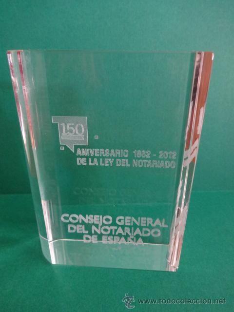 PISAPAPELES DE CRISTAL. 150 ANIV. DE LA LEY DEL NOTARIADO. 1862 - 2012. PERFECTO.