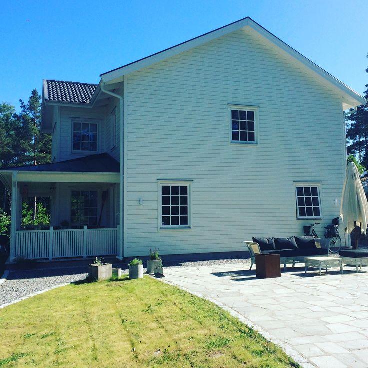 house, building, white, vitt, husbygge, hus, vårgårdahus, porch, altan, garden, outdoor, stone, skiffersten, stenläggning, sten,