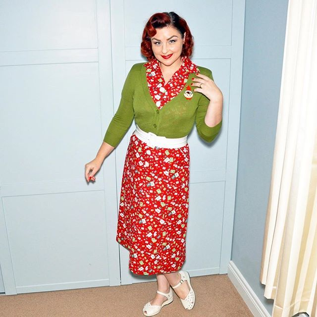 Tis the season to be jolly fa la la la la la la laaaaaaaaaa  #pinupchristmas #christmaspinup #ootdsocialclub #outfitoftheday  #pinupootd #pinupgirl #pinupmom #repro #retro #modernpinup #pinupstyle #pinuplife #pinupfashion #reprovintage #vintagestyle #vintagelife #vintagegirl #1950s #50sstyle #50s  #vintagehair #retrohair  #noveltybrooch #brooch
