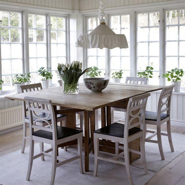 I uterummet samsas flera designklassiker med rustika möbler. Sticklingar av Mårbackapelargoner drivs upp i Prins Eugens Waldemarsuddekrukan och taklampan Montage av Josef Frank kommer från Svenskt tenn.