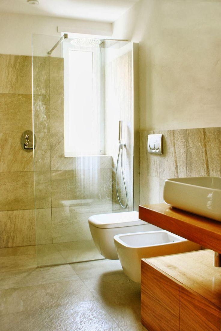 un bagno con doccia a pavimento