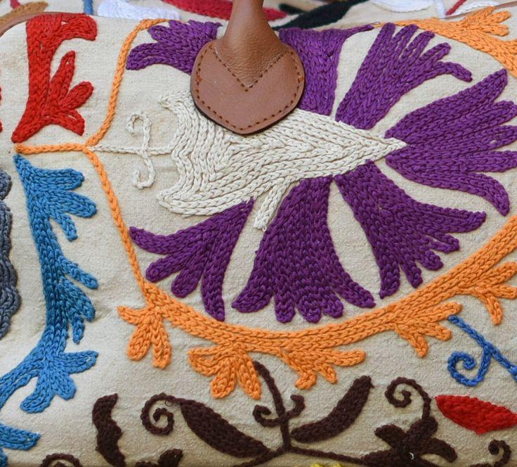 Bolso de Viaje, con aplicación de tela uzbeca, bordada a mano, asas de mano y asa de piel, con cremallera, interior de algodon.  Conoce este y otros modelos de la colección de bolsos bordados en nuestras tiendas de Granada y en www.tiendamadretierra.es #bolso #viaje #bordado #piel #uzbeco #suzani #etnico #boho #chic #hippie #ibicenco #urban #vintage #comprar