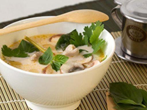 gingembre, lait de coco, blanc de poulet, citronnelle, nuoc mam, champignon de Paris, pâte de curry, jus de citron, bouillon de poule, coriandre, basilic, sucre