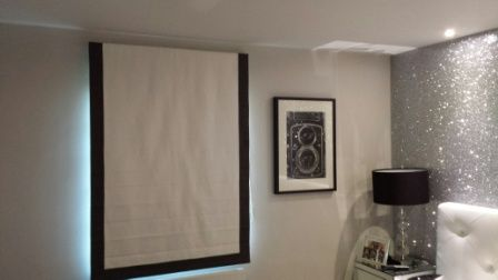 Roman blind with border