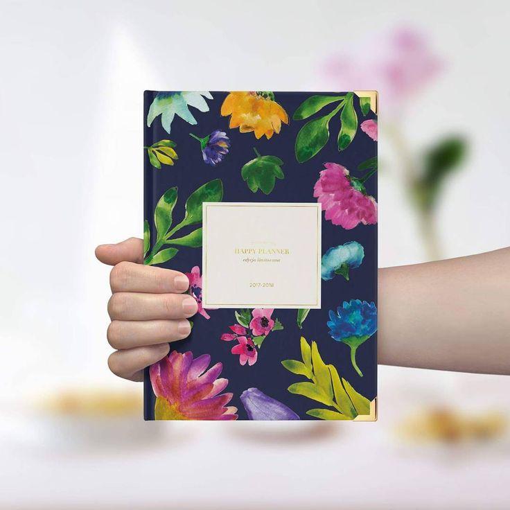 """#IMIĘDLAPLANNERA Najwyższy czas, nadać plannerom im własne, niepowtarzalne imiona! Weźmy się dzisiaj, za ten oto okaz - Happy Planner 2017/2018 edycja akademicka. Co tu widzimy? Kwiaty, kwiatuszki... Aha! Może """"Tajemniczy ogród""""? Czekamy na Wasze imienne propozycje :) #happyplanner #studentplanner #madamaco #madama #planowanie #organizacja"""